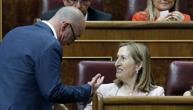 La candidata del PP a presidenta del Congreso, Ana Pastor, conversa con el diputado de Ciudadanos Félix Álvarez.