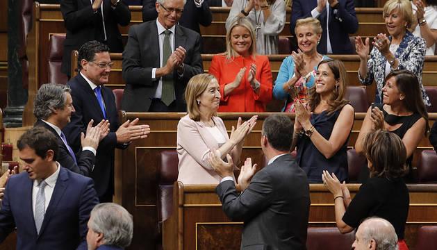 Ana Pastor es aplaudida por el resto de diputados.