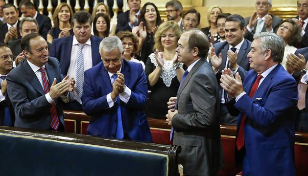 Los senadores populares Pedro Sanz (i), Javier Arenas (2i), y José Manuel Barreiro (d), aplauden a Pío García-Escudero.