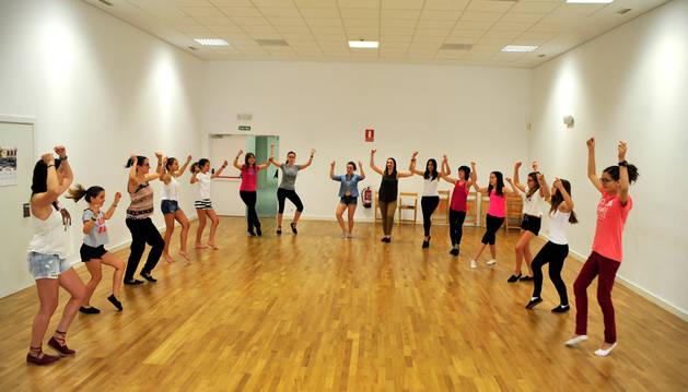 Integrantes del Grupo de Danzas de Tafalla durante uno de los ensayos en el centro cultural Tafalla.