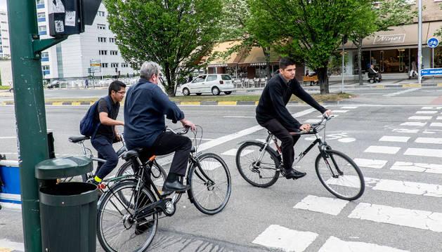 Varios ciclistas convergen en Pío XII, frente al colegio Larraona de Pamplona.