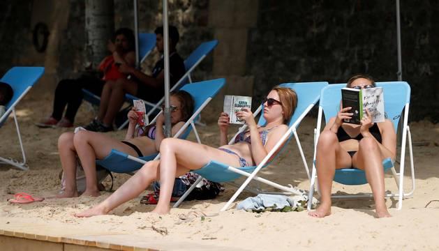La alcaldesa de París, Anne Hidalgo, inauguró 'Paris Plages', evento que desde 2002 ofrece a parisinos y turistas casi tres kilómetros de playa y ocio veraniego al borde del Sena.
