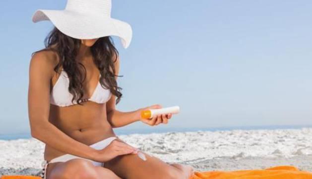 La aplicación de una protección solar es indispensable para evitar las quemaduras y proteger nuestra piel del sol.