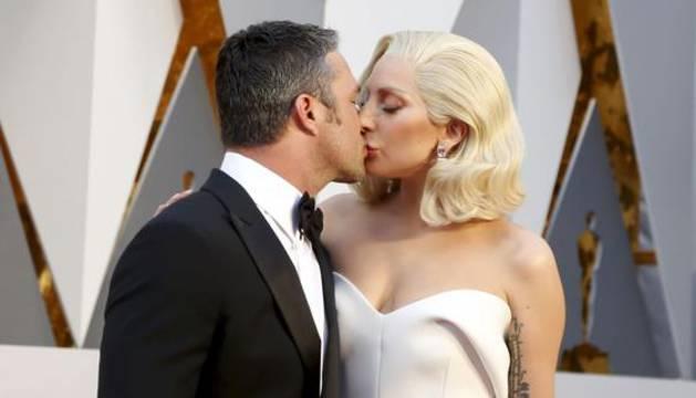 Taylor Kinney y Lady Gaga en la última ceremonia de entrega de los Oscar.
