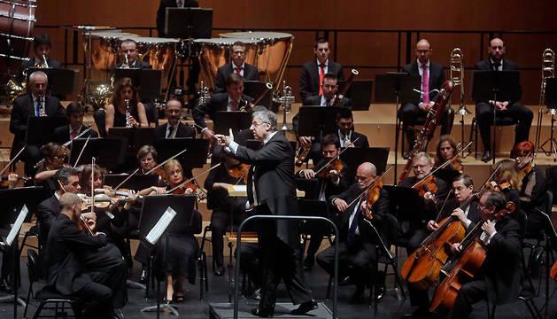 John Neschlin, dirigiendo a la OSN en el Baluarte, en noviembre de 2015.