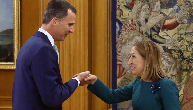 El rey Felipe saluda a la presidenta del Congreso de los Diputados, Ana Pastor.