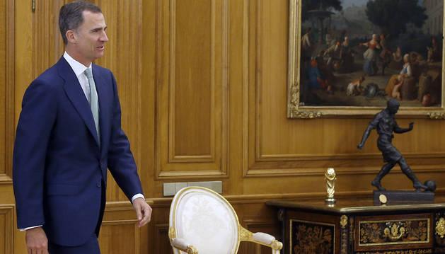 El rey Felipe, momentos antes de recibir en audiencia, en el Palacio de la Zarzuela, a la presidenta del Congreso, Ana Pastor.