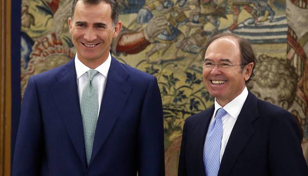El rey Felipe posa con el presidente del Senado, Pío García Escudero.
