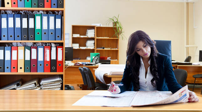Una mujer trabajando en un despacho.