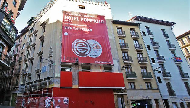 El hotel ocupa la esquina de la calle Zapatería con la Plaza Consistorial, y también tiene fachada hacia la  calle Nueva.