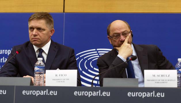 El presidente del Parlamento Europeo, Martin Schulz, a la derecha, junto al primer ministro eslovaco.