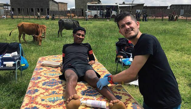 Diego Esquíroz Gutiérrez trata a un atleta etíope en un poblado llamado Bekoji