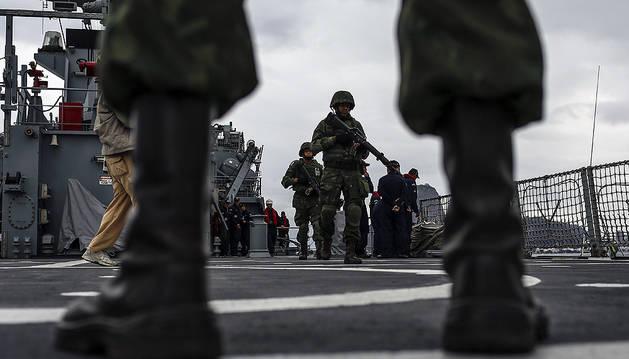 Militares de la Marina de Brasil realizan una demostración del procedimiento a seguir en una invasión a un barco tomado por terrorista hoy.