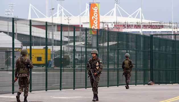 Militares de Brasil junto a las instalaciones de los juegos olímpicos.