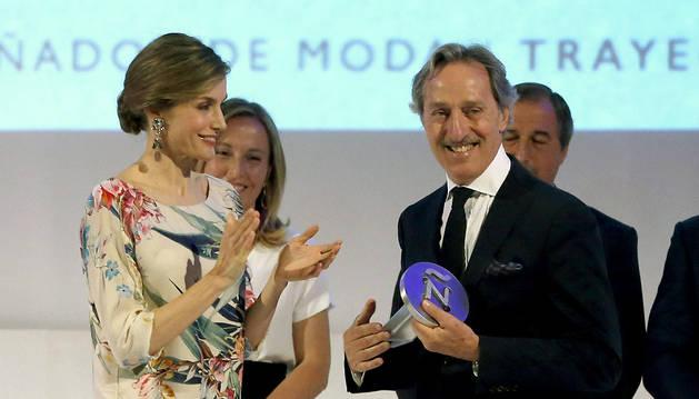 La reina Letizia entrega el Premio Nacional de la Moda por su trayectoria al diseñador Roberto Torretta.