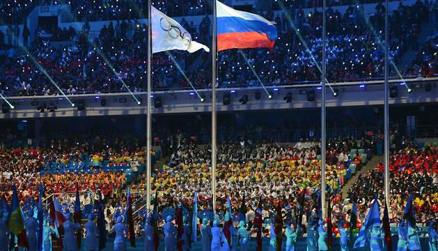 Las bandera de Rusia y de los JJ OO ondean juntas en la ceremonia de clausura de los Juegos de Inverno en Sotchi en 2014.