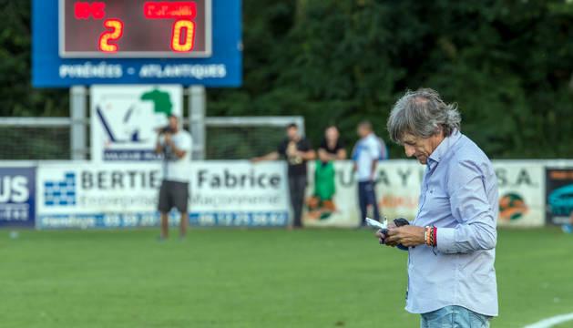 Enrique Martín Monreal escribe en su libreta, durante el partido de ayer en el estadio Ondarraitz de Hendaya.