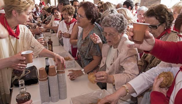 Los asistentes disfrutan del tentempié después de la misa en homenaje a la patrona.