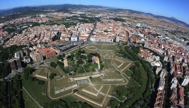 Vista aérea de la Ciudadela de Pamplona con la avenida Baja Navarra en la parte superior y el edificio Singular a la izquierda.