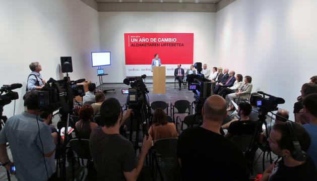 La presidenta Barkos ofreciendo la rueda de prensa en el Museo de Navarra, de pie, en el atril. A su lado, sentados, todos los miembros de su gabinete.