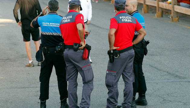 Policías forales y municipales, de servicio en fiestas de Sangüesa.