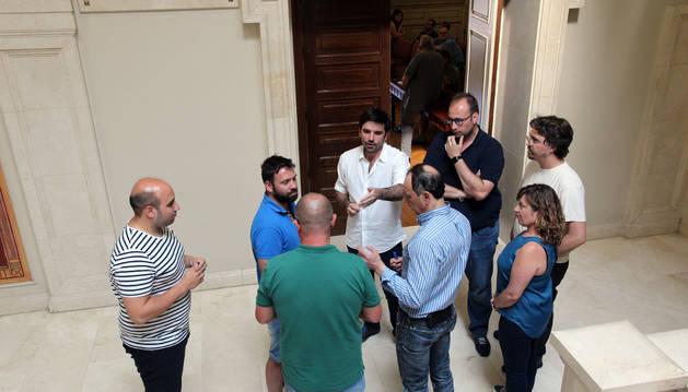 Concejales de UPN, PSN y Tudela Puede y el alcalde hablan en un receso del pleno.