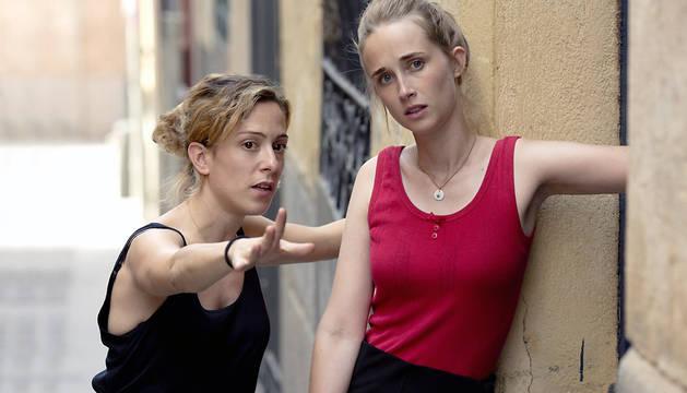 Fotografía facilitada por ArteGB, de la joven directora navarra Andrea Jaurrieta (i), junto a la actriz Ingrid García-Jonnson, durante uno de los momentos del rodaje en Madrid de la película 'Ana de día'.