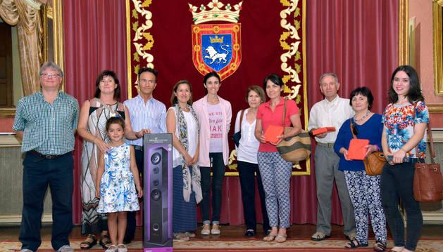 Diez ciudadanos reciben sus premios por participar en la votación de los fuegos