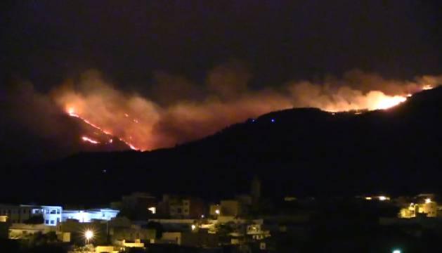 Un incendio calcina el monte Gurugú, asentamiento de inmigrantes