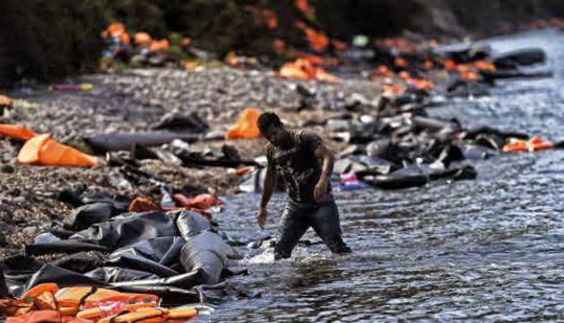 Un refugiado en la costa de Lesbos.
