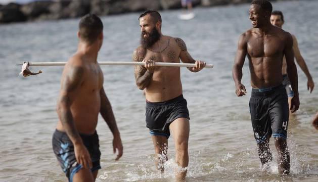 Marc Crosas, con la cría de tiburón ensartada en una barra de entrenamiento.