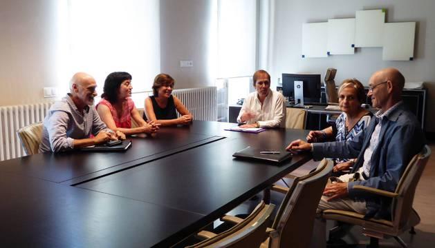 Representantes de la Asociación Zona Media por el Tren con la presidenta Uxue Barkos.