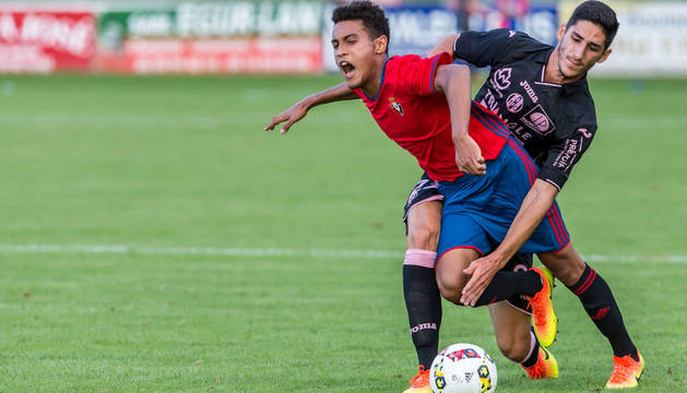 Antonio Otegui, que salió en la segunda mitad junto con nueve canteranos más, trata de zafarse de un jugador del Toulouse en el encuentro amistoso del pasado viernes en Hendaya.