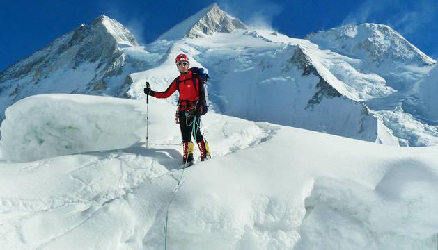 El pamplonés Mikel Zabalza, descendiendo ayer -en un día claro pero con mucho viento- del GII.