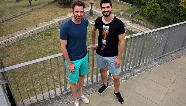 Álex Urtasun (izda.) y Eduardo Gurbindo en las murallas de Pamplona, su ciudad. Esta temporada ponen rumbo a Francia.
