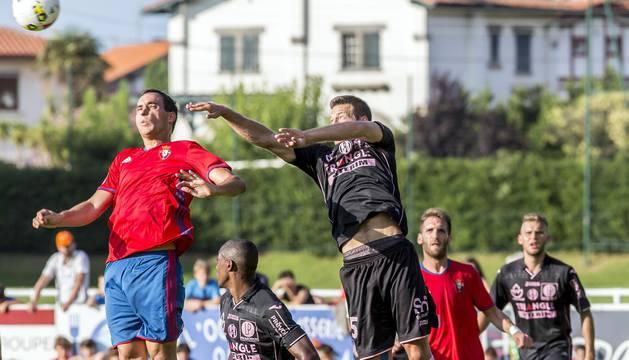 El primer partido de la pretemporada rojilla finalizó con una derrota por 2-0 ante los franceses en Hendaya