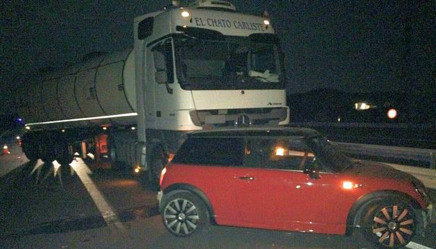 Colisión en la A68 entre un camión y un coche robado.