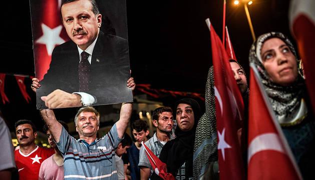 Un partidario de Erdogan sostiene una imagen en una manifestación en apoyo del líder turco.