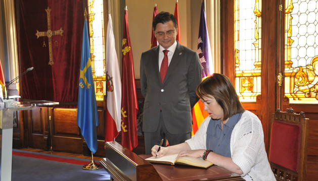 Ainhoa Aznárez firma el libro de honor.