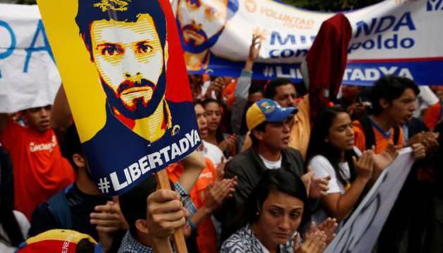 Defensores de Leopoldo López se manifiestan a las puertas de la audiencia.
