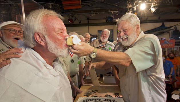 Ganador del concurso de personas parecidas a Hemingway de 2015, Charlie Boice (i).