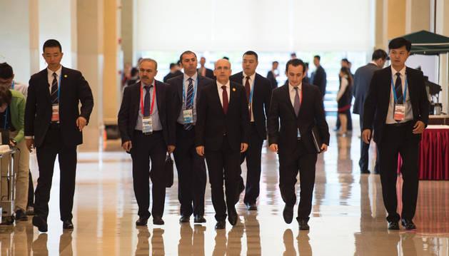 El viceprimer ministro de Turquía, Mehmet Simsek (C) llega a asistir a la reunión de los ministros de Finanzas del G-20 en Chengdu.