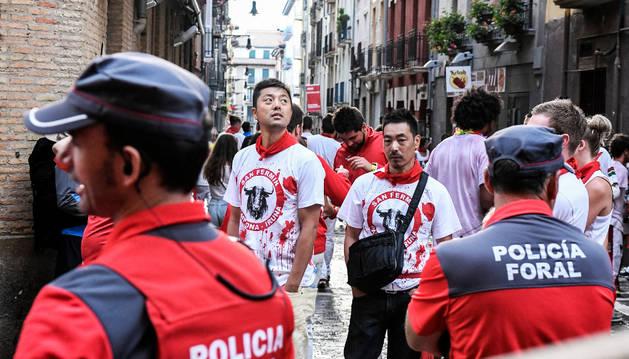 Dos agentes de Policía Foral en las calles de Pamplona en San Fermín.