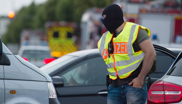 Un policía, tras el atentado de Munich.