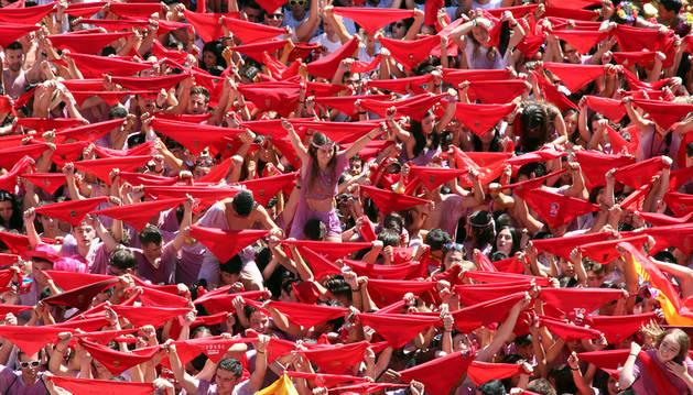 La plaza de los Fueros se tiñó de rojo justo antes del cohete por los pañuelos en alto de todos los asistentes.
