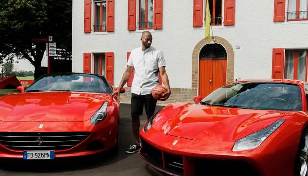 Kobe Bryant, en la fábrica de Ferrari.