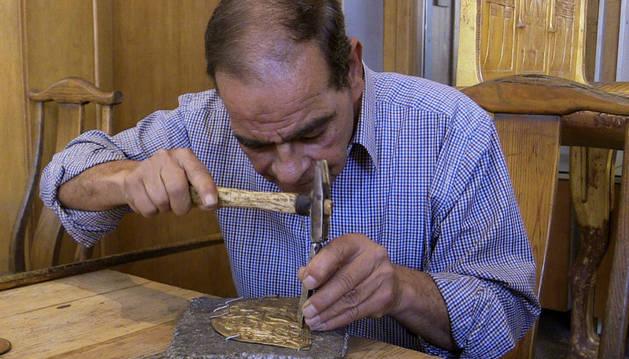 Salah, artesano de la Unidad de Modelos Arqueológicos, trabaja en la elaboración de una réplica de los tesoros de los grandes faraones egipcios.