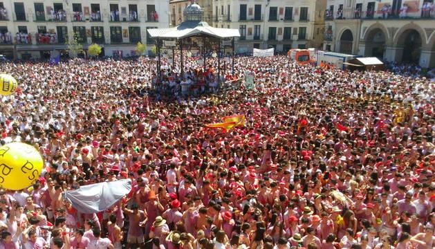 La plaza de los Fueros de Tudela, momentos antes del inicio de las fiestas.