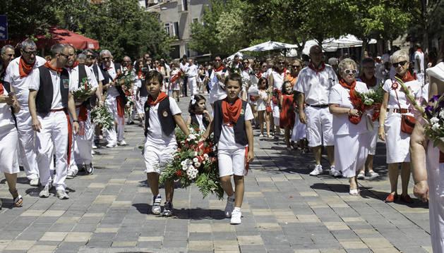 Dos niños de la peña La Teba desfilan por la calle Herrerías en el previo recorrido a la ofrenda floral a Santa Ana.