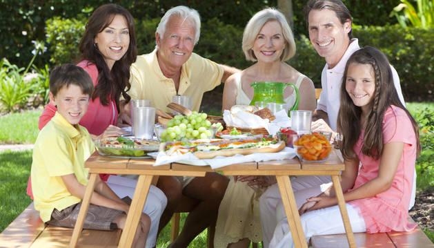 Una familia disfruta de una comida al aire libre.
